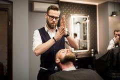 Schiuma dello sfregamento del barbiere in mani prima della rasatura Fotografia Stock Libera da Diritti