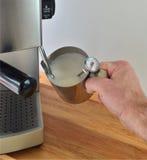Schiumare latte Fotografie Stock