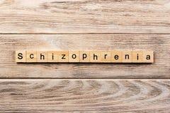 Schizofreni słowo pisać na drewnianym bloku schizofrenia tekst na stole, pojęcie zdjęcie royalty free