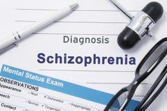 Schizofrenia di diagnosi Nota medica circondata dal martello neurologico, esame mentale di stato con un'iscrizione nelle grandi l fotografia stock