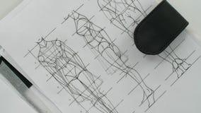 Schizzi dei vestiti, fogli di carta bianchi attinti stock footage