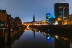Schizzi di notte e di sera sulle vie del miglio nel centro del porto di Amburgo fotografia stock libera da diritti