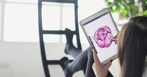 Schizzi di tiraggio dei progettisti nello studio Progettista della donna che lavora con l'esposizione interattiva della penna, co video d archivio