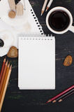 Schizzi il libro, la tazza di tè e le matite di colore nei toni marroni Fotografia Stock