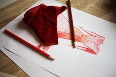 Schizzi il vestito rosso dipinto su Libro Bianco e sul modello rosso del tessuto Fotografia Stock Libera da Diritti