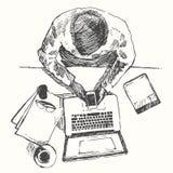 Schizzi la visualizzazione superiore dell'ufficio dell'uomo di computer delle mani disegnata Immagine Stock Libera da Diritti