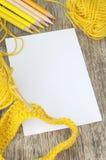 Schizzi le matite del libro, tricottare e di colore nei toni gialli Fotografia Stock
