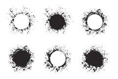 Schizzi le pitture rotonde degli ambiti di provenienza della struttura dell'inchiostro messe con spruzzata nera su bianco royalty illustrazione gratis