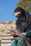 Schizzo arabo del disegno della donna in blocco note di carta con la matita Fotografie Stock