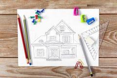 Schizzo del programma di costruzione di alloggi su un legno fotografia stock