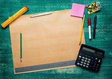 Schizzo del programma di costruzione di alloggi su uno scrittorio di legno Immagine Stock