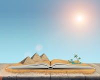 Schizzo delle piramidi e dell'oasi nel deserto sopra il libro aperto Fotografie Stock Libere da Diritti