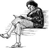 Schizzo di una donna anziana che legge un libro su un banco di parco Fotografia Stock Libera da Diritti