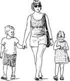 Schizzo di una madre con suo andare a fare una passeggiata dei bambini Fotografia Stock