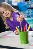 Schizzo Pen From Case In Classroom di raccolto della ragazza Fotografia Stock