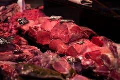 Schlächterei mit gelesenem Fleisch im Verkauf stockfotos