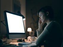 Schläfrige Frau, die spät nachts anschließt stockfotografie