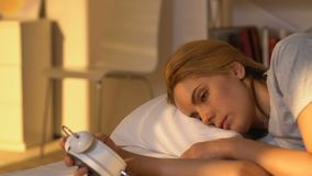 Schläfrige Frau, die Wecker, Verlassen ein Bett in der Eile aufwacht und betrachtet stock video