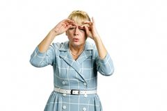 Schläfrige reife Frau im Kleid lizenzfreie stockfotos