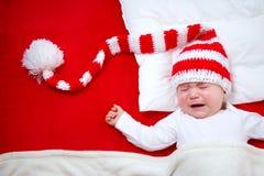 Schläfriges Baby auf roter Decke Lizenzfreies Stockfoto