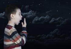 Schläfriges gähnendes Kind das Stockfoto