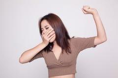 Schläfriges junges Asiatingegähne lizenzfreie stockbilder