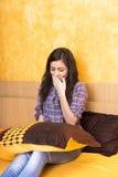 Schläfriges Mädchen holdin ein Kissen Stockfoto