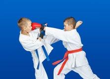 Schläge, die in die Leistung von Athleten im karategi lochen und treten stockfotografie