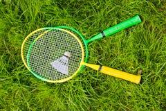 Schläger für Badminton und einen Federball lizenzfreies stockbild