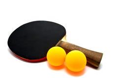Schläger für Tischtennis und Ball mit zwei Orangen lokalisiert Stockbild
