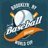 Schläger hinter Baseballball auf Schildt-shirt Logo Lizenzfreies Stockfoto