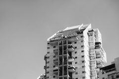 SCHLÄGER-JAMSWURZEL, ISRAEL 3. MÄRZ 2018: Hohe Wohngebäude in der Schläger-Jamswurzel, Israel Lizenzfreie Stockfotografie