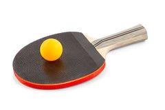Schläger mit einem orange Ball für Tischtennis Stockbild