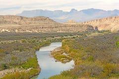 Schlängelnder Fluss durch eine Wüsten-Schlucht lizenzfreie stockfotografie