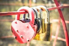 Schlösser in Form eines Herzens Ein Symbol einer starken Familie an Lizenzfreie Stockfotografie