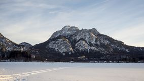 Schlösser Neuschwanstein und Hohenschwangau bei Sonnenuntergang stock video footage