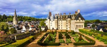 Schlösser von Loire Valley - eindrucksvolles Langeais mit schönem Kaimanfisch stockfotografie