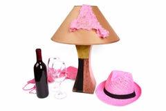 Schlüpfer auf der Lampe nahe der Flasche des Weins und zwei Gläser Lizenzfreies Stockfoto