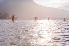 SCHLÜRFEN Sie Rennläufer teilnehmen am Sportereignis See in Frankreich Sonniger Wintertag Aufregung und Rivalität stockbilder