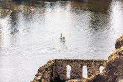 Schlürfen Sie verschalende Männer im die Moldau-Fluss, Ansicht von den Ruinen der Bibliothek lizenzfreies stockbild