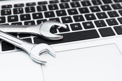 Schlüssel auf Computertastatur lizenzfreies stockbild