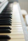 Schlüssel auf dem Klavier Stockfoto