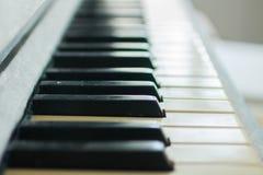 Schlüssel auf dem Klavier Stockbild