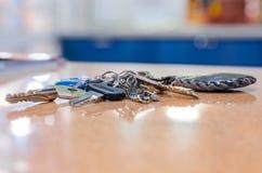 Schlüssel auf dem Tisch. Lizenzfreie Stockfotografie