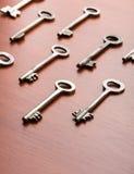 Schlüssel auf der hölzernen Tabelle Stockfotografie