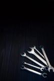 Schlüssel auf dunklem hölzernem Schreibtisch Lizenzfreies Stockfoto