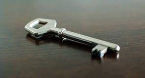 Schlüssel auf einer Tabelle Stockfotografie