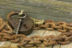 Schlüssel auf hölzernem Hintergrund Stockfotos