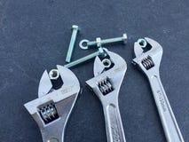 Schlüssel auf schwarzem Schiefer lizenzfreies stockbild