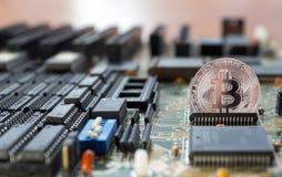 Schlüssel-bitcoin Ausgänge von der integrierten Schaltung Stockfotos